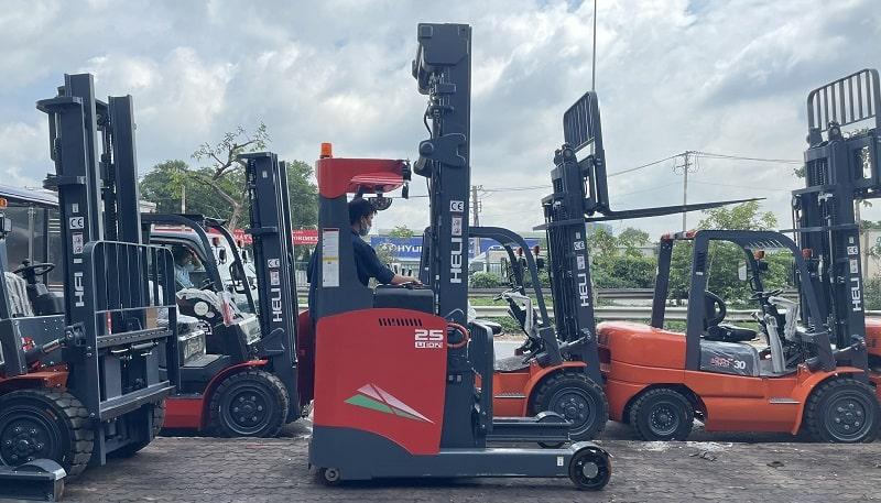 xe nâng điện reach truck đứng lái Heli 2.5 tấn