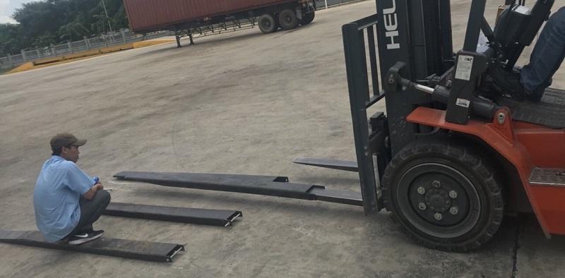 lắp ráp càng phụ xe nâng 3 tấn