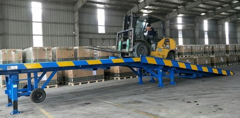 cầu xe nâng hàng lên container