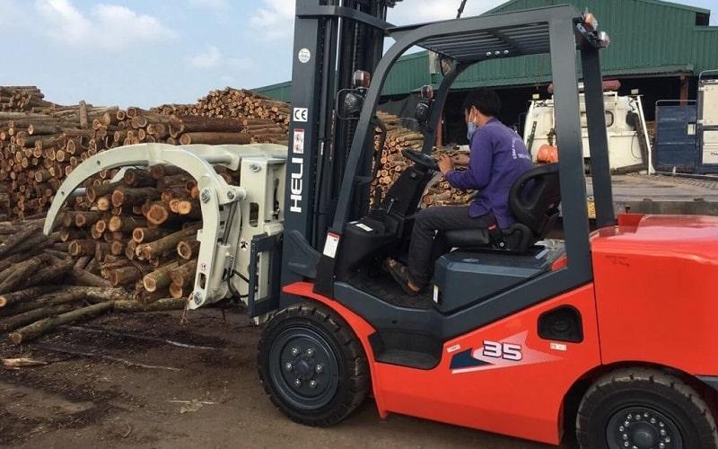 xe nâng gật gù kẹp gỗ tròn 3 tấn