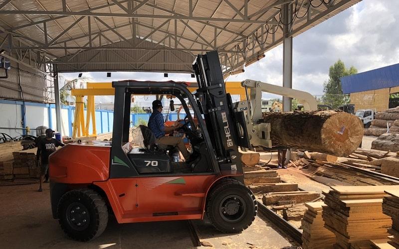 xe nâng gật gù kẹp gỗ tròn 7 tấn