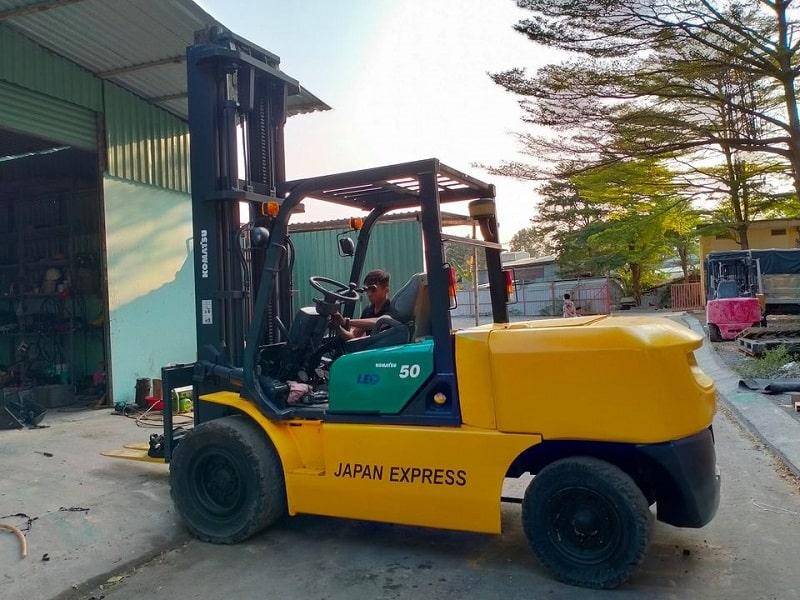 xe nâng dầu Komatsu 5 tấn cũ