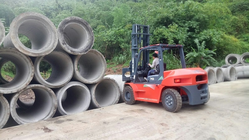 xe nâng 7 tấn tại nhà máy ống cống bê tông